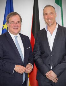 NRW-Ministerpräsident Armin Laschet mit dem Gründer der Initiative Gesichter der Demokratie Sven Lilienström | © Monika Baumann