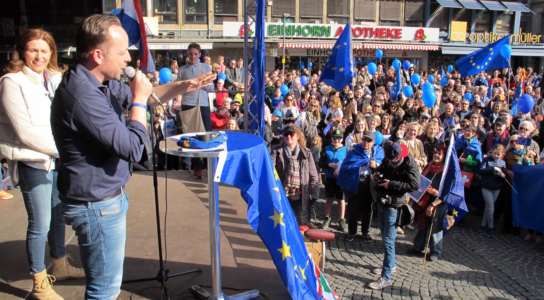 """Initiator Dr. Daniel Röder spricht auf einer """"Pulse of Europe""""-Kundgebung"""